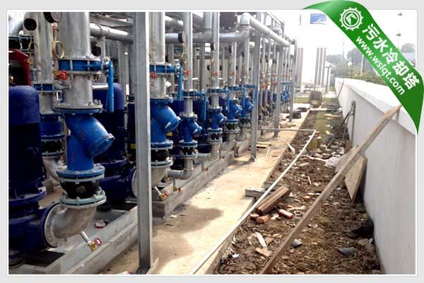 由于工业生产中运行设备的负荷随季节、昼夜、建筑功能和用户的变化相差较大,运行设备的工况也是千变万化。为了便于与运行设备工况保持一致,在实际工程设计中,往往将污水冷却塔与运行设备采取一一对应的形式配置循环水泵。由于存在着污水冷却塔水泵并联工作的特性,当运行设备工况变化时,系统循环流量以及每台循环水泵的流量,都会发生较大变化。  为便于理解,我们按照设置3台印染设备、3台循环水泵、3台污水冷却塔冷却塔的情况来进行讨论。 假设总循环流量Q=1500m3/h,污水冷却塔配水均匀,则在全工况下,每台污水冷却塔水泵的