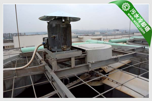驱动系统。根据污水冷却塔的实际运行工况选用变速电机、高效节能电机或防爆电机,并为其覆上防护罩,确保电机在户外能够稳定运行;皮带驱动系统采用多槽传动皮带,具有很高的侧向刚度,按150%电动机铭牌功率设计,经久耐用。 布水系统。根据循环冷却水的污水程度(杂质与PH值等)选用PVC管、PP管、不锈钢管等材质,确保管材在恶劣环境下长期使用,易于拆洗。采用ABS塑料大口径喷嘴,防止污物进入喷嘴。另外,支管的末端有一个螺纹管口端盖,污物可以从这里被方便地清理出去。 收水系统。污水冷却塔标配了我公司生产的高效脱水器,它