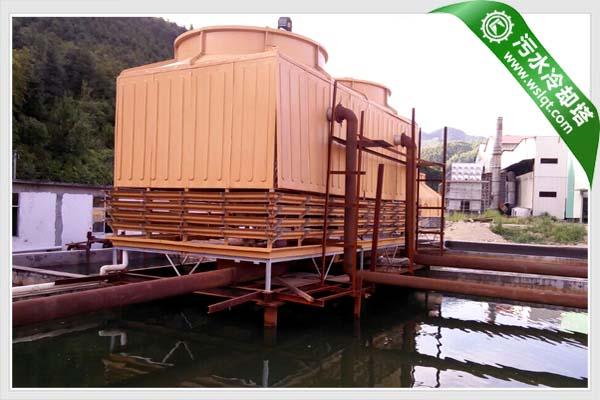 实验证明,采用单通道的进风格栅往往不能有效地防止溅水,在关闭通风机时尤为明显。而LKN系列1800吨污水冷却塔的进风格栅由耐腐蚀的PP料制成的,其双通道设计可将溅水降至最少并减少塔内水藻生成的可能性。采用双通道进风格栅设计水滴将被内部弯曲的通道有效吸收从而最大限度地解决了溅水问题。除此之外,本产品的进风格栅还能将水盘完全围住,阻止阳光直接照射到机组内部,从而防止水藻滋生,降低水处理要求,减少维护费用。  1800吨污水冷却塔的进风格栅
